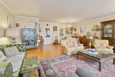 Vennootschap te koop met ruim appartement in hartje Knokke