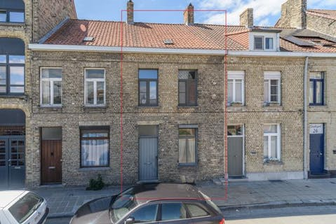 Huis in centrum Veurne te koop.
