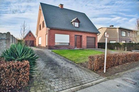Alleenstaande woning met 3 slaapkamers nabij centrum Zomergem
