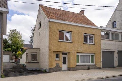 Ruime woning met tuin en garage te Sint-Denijs