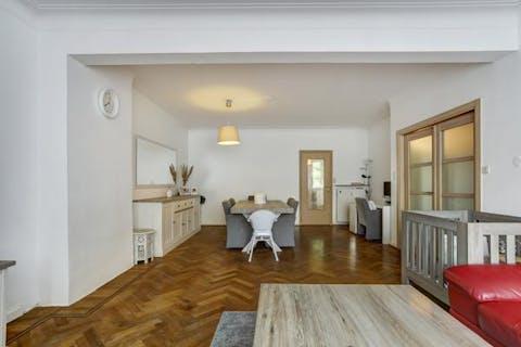 Appartement (105m²) te koop met twee slaapkamers, terras en parking te Antwerpen