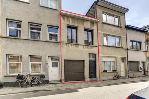 Te renoveren huis met tuin in rustige straat in Borgerhout