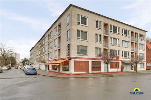 Verhuurd handelsgelijkvloers + achterliggend twee-slaapkamer appartement op Linkeroever in Antwerpen