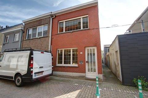 Te renoveren huis met 3 slaapkamers en tuin in een rustige straat in Terhagen