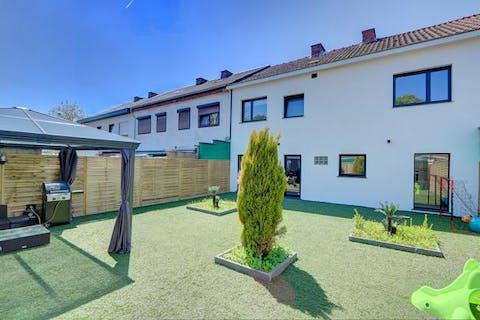 Volledig gerenoveerd en instapklaar huis te koop met 4 slaapkamers, 2 badkamers, garage en leuke tuin.