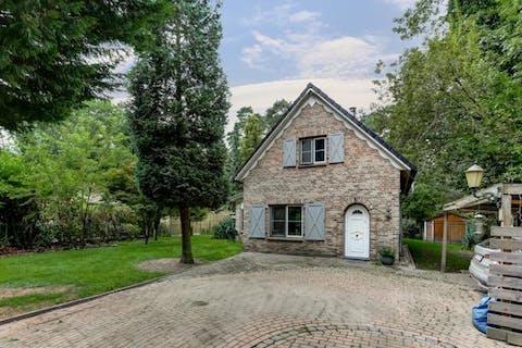 Charmante woning met 2 slpks op een perceel van 1.255m², in het specifiek woongebied met bosrijk karakter te Essen-Wildert