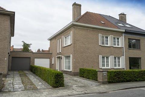 Ruime woning te koop te Kortrijk.
