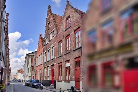 Ruime, karaktervolle herenwoning te koop met 5 slaapkamers en stadskoer in hartje Brugge