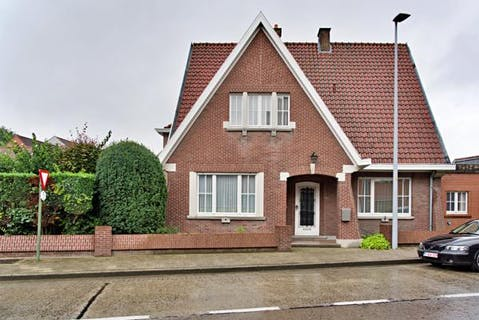 Woning met 5 slaapkamers, garage en tuin in Roeselare te koop.
