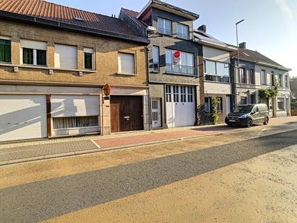 Instapklare woning met 2 slaapkamers en stadskoer te Roeselare