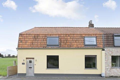 Volledig instapklaar huis op rustige ligging te Oostkamp