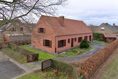 Alleenstaand huis met 3 slaapkamers te koop in doodlopende straat in Kortemark.