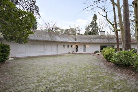Te renoveren villa op 13.900m² te Hertsberge.