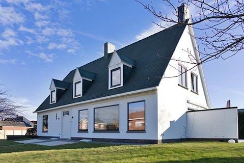 Volledig gerenoveerde villa met 5 slaapkamers, 2 garages en tuin!