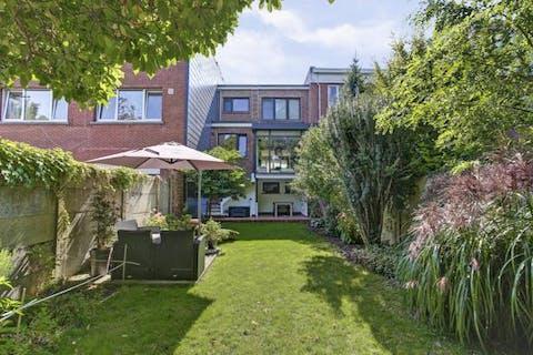 Gerenoveerd huis (225m²) met tuin, garage en oprit in de Oosterveldwijk te Wilrijk