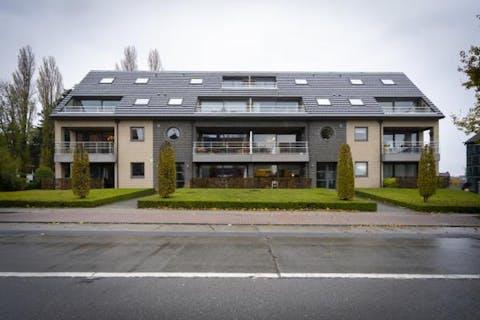 Gelijkvloers appartement (108 m²) met 2 slaapkamers, autostaanplaats en berging.