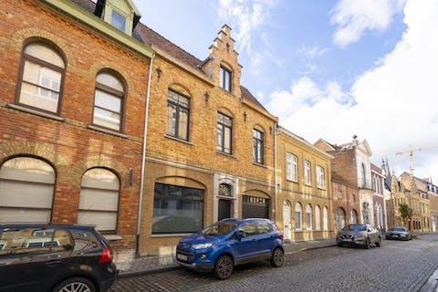 Gerenoveerd huis met 4 slaapkamers te koop in Ieper centrum