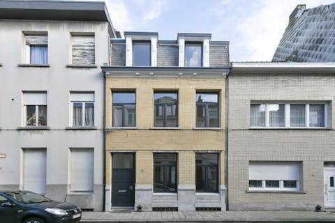 Professioneel gerenoveerd huis te koop met tuin in Antwerpen Noord.