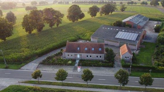 Boerderij te koop met landelijk huis, bijgebouw, paardenstalling met binnenpiste, extra stal op 1,63ha in Brecht!