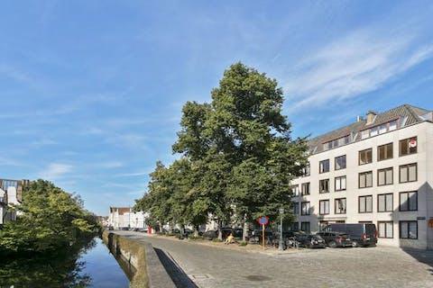 Uitzonderlijk ruim appartement te koop met 4 slaapkamers, terras (40m²) en staanplaats in hartje Brugge