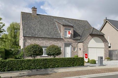 Ruime perfect onderhouden villa met 6  slaapkamers, 2 badkamers, garage en bijgebouwtje