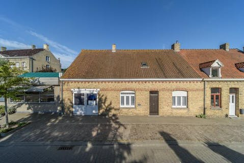 Te renoveren woning met 3 slaapkamers en garage te Beauvoorde.