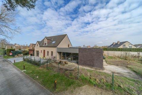 Villa met 4 slaapkamers, garage en praktijkruimte te koop in Adinkerke op 900m².