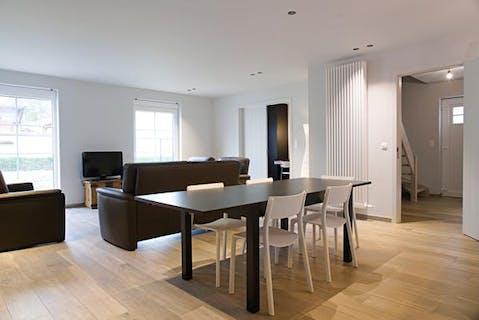 Kwalitatief afgewerkt huis te koop in Oostnieuwkerke met 4 slaapkamers.