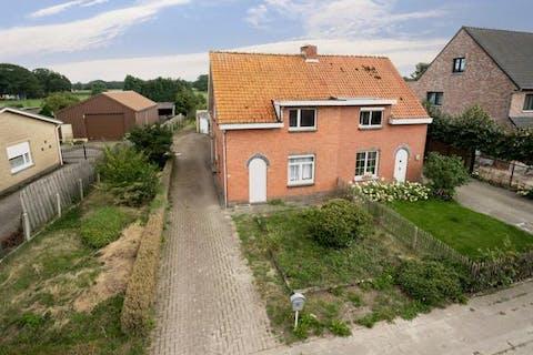 Te renoveren gezinswoning op een mooi perceel van ca. 775m² te Essen-Heikant!