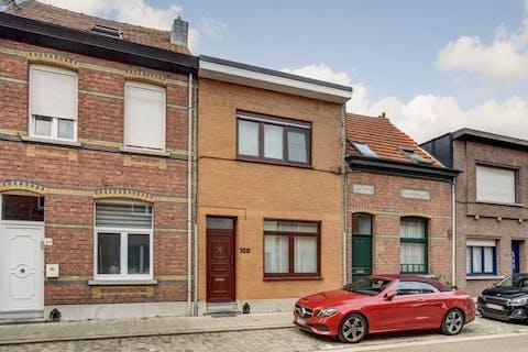Huis te koop in Merksem - grotendeels vernieuwd!