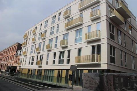 Recent 2-slaapkamer appartement met autostaanplaats én terras te huur in Kortrijk