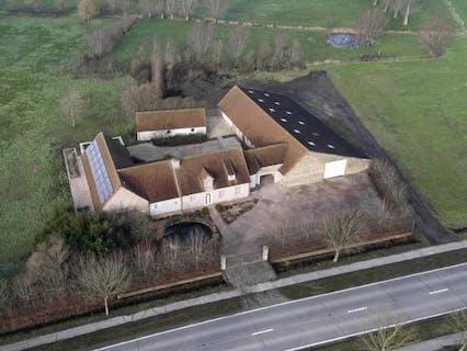 Villa met binnenzwembad en loods op 2,6 ha in Merkem