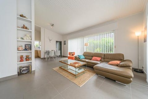 Gerenoveerde woning met 2 slaapkamers en ruime tuin (700 m²) in Koksijde