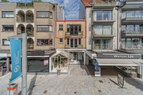 Te renoveren appartement met twee slaapkamers, pal in het centrum van Koksijde