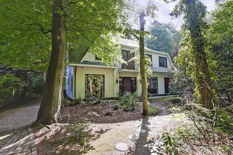 Stijlvolle villa met o.a. ruime lichte leefruimte, 4 à 5 slaapkamers, inpandige garage en verzorgde tuin, op een residentiële topligging te Heide-Kalmthout