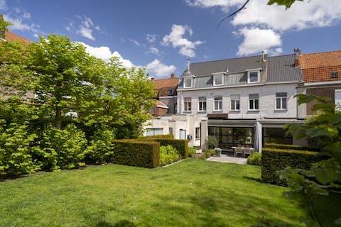 Imposant huis te koop te Menen met 4 slaapkamers, praktijkruimtes én garage.