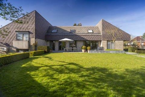 Villa met praktijk-/bureauruimte op 2.447 m² in Avelgem