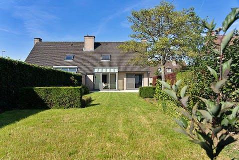 Woning met 3 slaapkamers, 2 garages en leuke tuin in Kachtem/Izegem te koop.