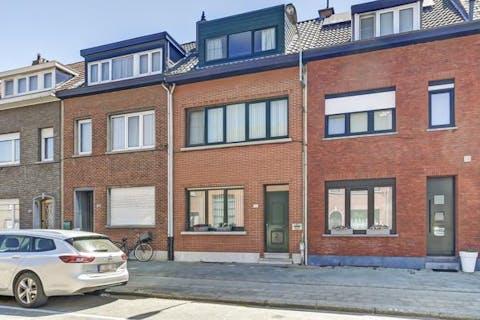 Geheel en recent gerenoveerd huis te koop in Merksem