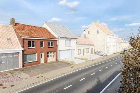 Woning met 3 slaapkamers, garage en ruime tuin (580m²) te koop in regio Alveringem