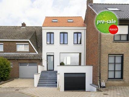 Volledig vernieuwd huis met 3 slaapkamers, leuke tuin en grote garage