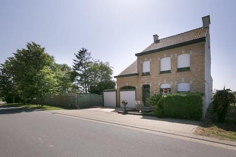 Alleenstaand huis met 2 garages te koop in Stavele