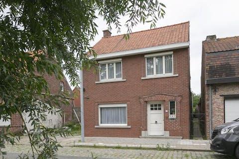 Op te frissen huis met 3 slaapkamers en tuin in Boezinge