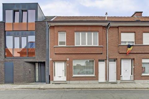 Te renoveren huis met drie tot vier slaapkamers in het centrum van Kruibeke.
