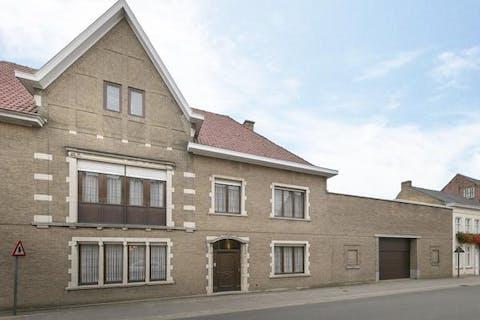 Authentiek huis met 4 slaapkamers, tuin, 2 garages en bijgebouw met zwembad