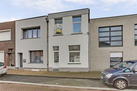 Geheel gerenoveerd huis met 2 slaapkamers in Merksem