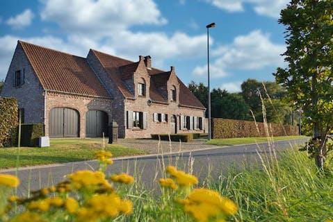 Imposante landelijke villa te koop met 4 slaapkamers, bureau op een perceel van 1.623m² in Veldegem