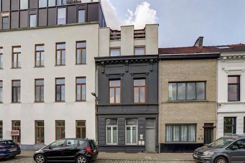Gezellig huis met koer en dakterras te koop in Antwerpen.