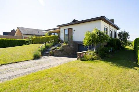 Villa met oa. 3 slaapkamers, garage en tuin op 919 m²