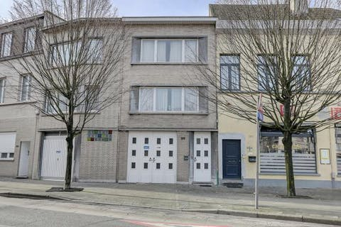 Bel-etage huis met 2 ruime garages/magazijnruimtes op de grens Wilrijk-Antwerpen